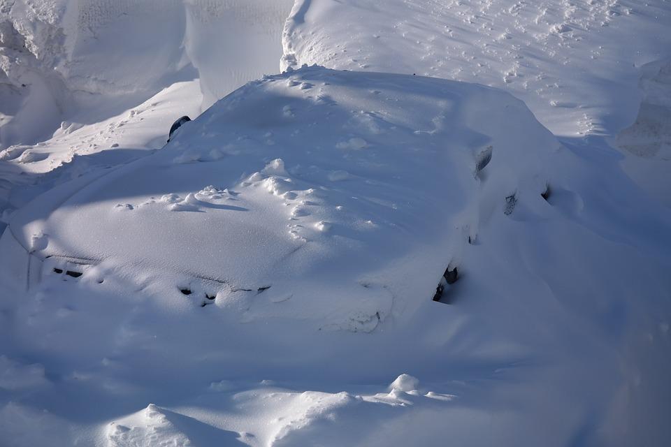 車 雪 埋もれる
