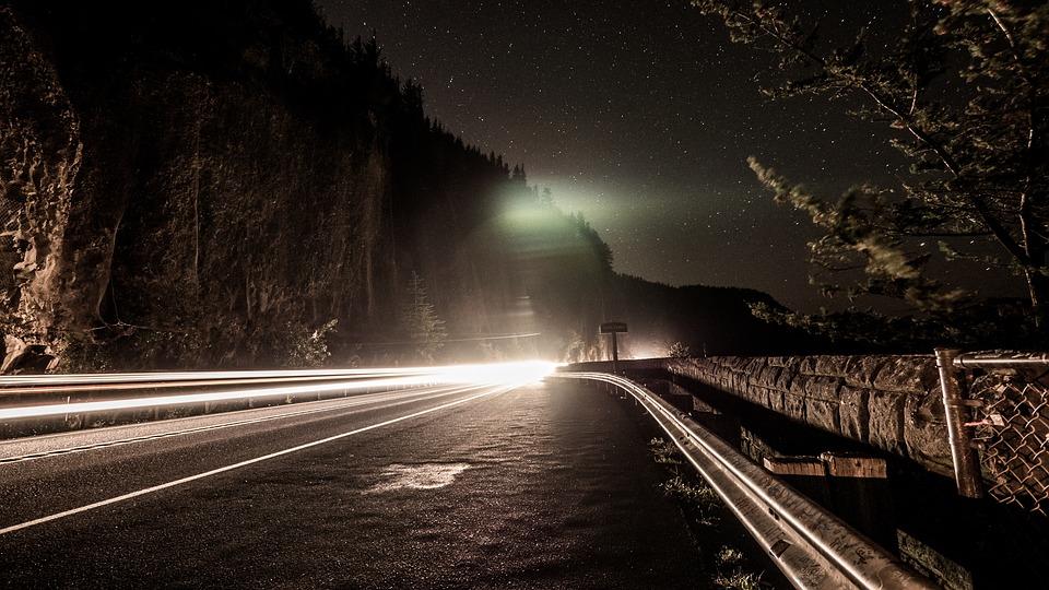 夜 暗闇 道路 車