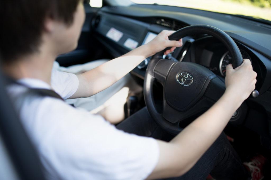 男性 ドライブ 車