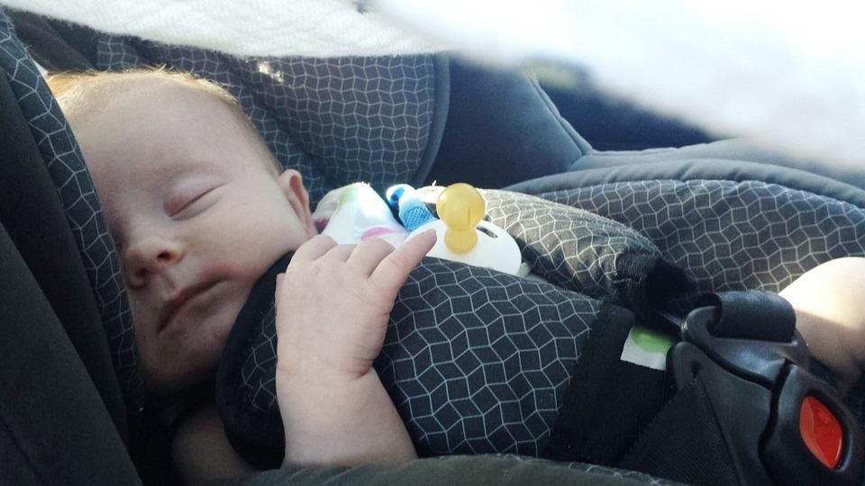 チャイルドシート 子供 車内