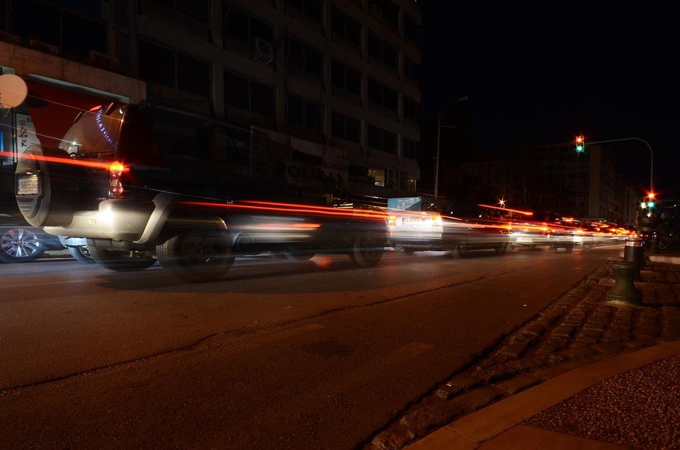トラフィック ライト 車 ブレーキ 道路 通り 泊 暗い