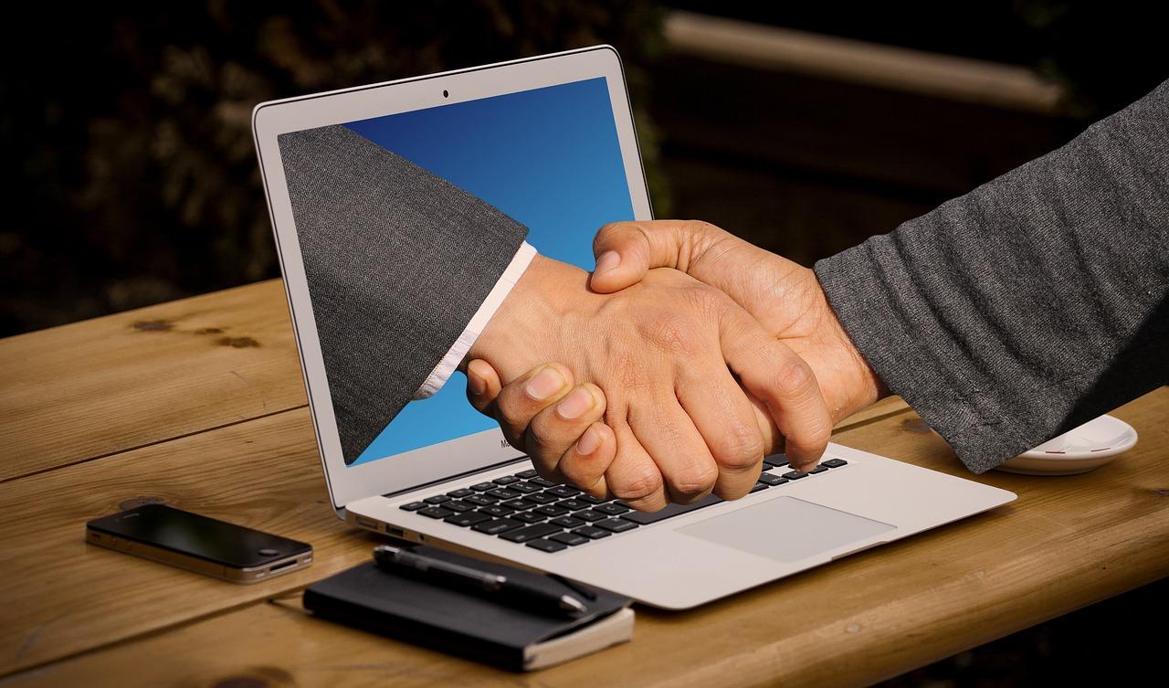 ハンドシェイク 手 ノート パソコン モニター オンライン デジタル パートナー