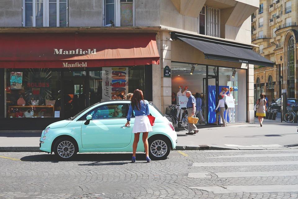 ドライブデート 道路 自動 フィアット 女性 ファッショナブルな ターコイズ 若い 通りの写真
